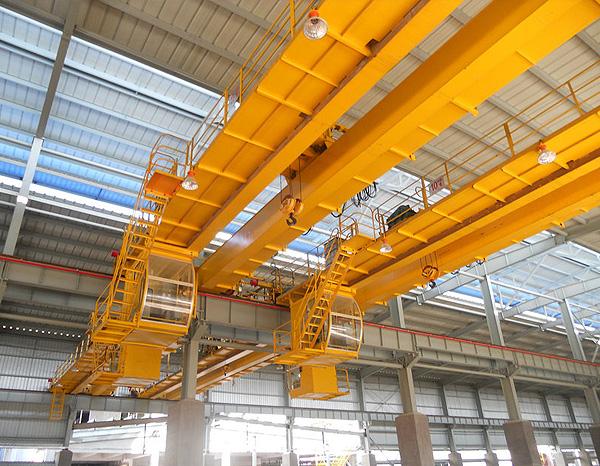 一般由机械、电气和金属结构三大部分组成。双梁桥式起重机外形象一个两端支承在平行的两条架空轨道上 平移运行的单跨平板桥。双梁起重机在室内外工矿企业、钢铁化工、铁路交通、港口码头以及物流周转等部门和场所均得到广泛的运用。 双梁桥式起重机原理参数: 双梁桥式起重机一般由机械、电气和金属结构三大部分组成。 机械部分:分为三个机构即起升机构、小车运行机构和大车运行机构。起升机构是用来垂直升降物品,小车运行机构是用来带着载荷作横向移动;大车运行机构用来将起重小车和物品作纵向移动,以达到三维空间里做搬运和装卸货物用。