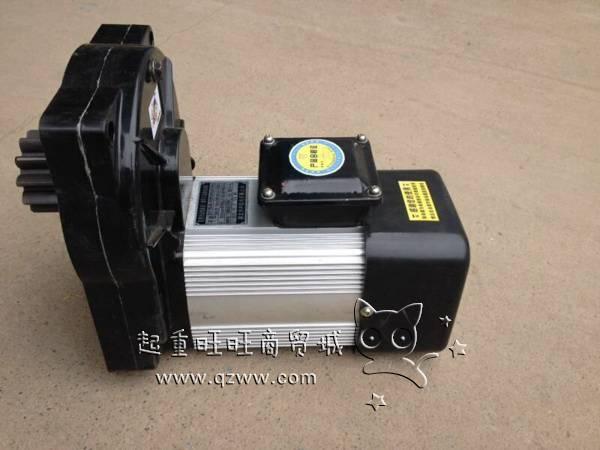 三合一驱动电机产品介绍: 三合一驱动电机型号分为YSE型单速三合一驱动电机、YDSE型双速或多速三合一驱动电机两种;三合一驱动电机是根据起重机的工作需要特殊设计的新型电磁制动电动机,可作为各种单双梁桥门式起重机大车运行驱动、小车运行驱动,也适合作各种型号规格电动葫芦行走动力电机。 三合一驱动电机特点: 1、通过优化齿轮参数,降低啮入冲击速度,减少啮合节圆冲击,减少机械噪音; 2、输出轴采用渗碳淬火,承载力强; 3、大方板采用高刚性合金铸造,更牢固更安全; 4、制动器引用德国进口电磁制动器技术,性能稳定;